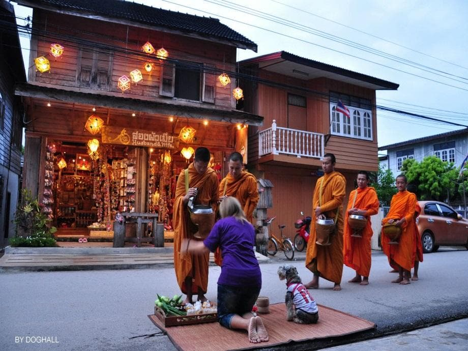 monk alms in chiang khan